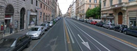 Via Napoleone III prima e dopo i cordoli. Sembrava una strada ordinata? Dimenticatela!