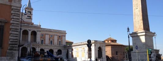 Piazza San Giovanni è un parcheggio. Incredibile colloquio con la Polizia Municipale