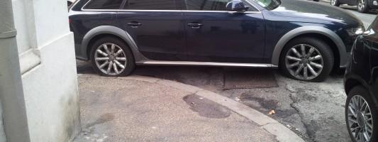 Cittadini che squarciano gomme di auto posteggiate in maniera criminale