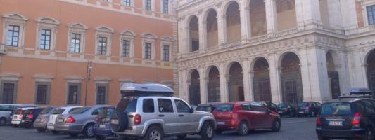La trasformazione dell'area pedonale di San Giovanni in Laterano in parking abusivo sarà cosa che racconteremo ai nostri nipotini?