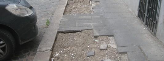 Attenzione ai marciapiedi di Via Porta Maggiore