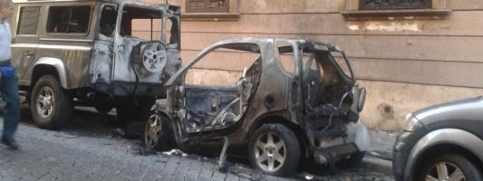 Per evitare che le auto date a fuoco facciano crollare i palazzi, evitiamo di parcheggiarle in strada