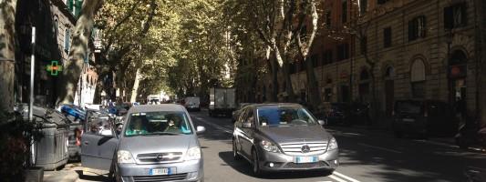 50 auto fisse in divieto di sosta. Ecco il vero problema di Via Merulana