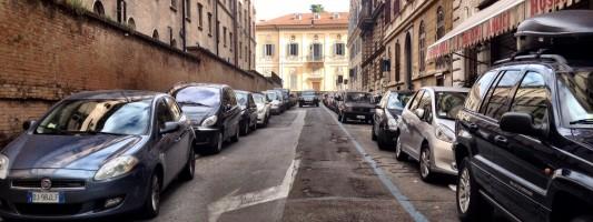 Quello a sinistra è un marciapiede. Due strade da sistemare urgentemente