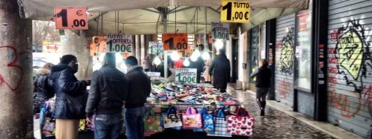 Delirio del commercio ambulante a Piazza Vittorio. Siamo a 7 bancarelle orrende