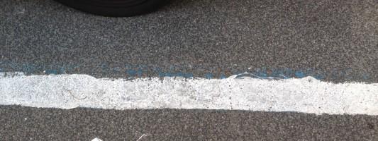 E a Via Conte Rosso le strisce blu diventano bianche