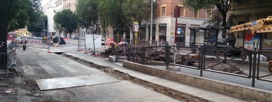 Viale Manzoni. Le barriere in cemento non vanno via nonostante le promesse
