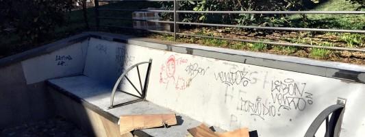 Parco di Via Statilia. I Pics puliscono, dopo un giorno i vandali ri-insudiciano tutto